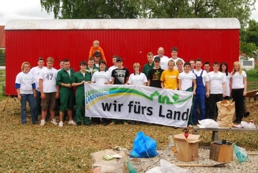 """Ein Gruppenfoto von 2009 bei der Aktion """"Wir fürs Land"""" - Jugendplatz"""